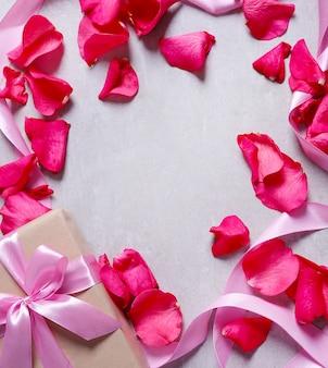 Caixa de presente e pétalas de rosa