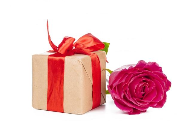 Caixa de presente e rosa isolado