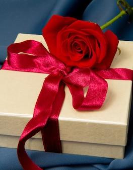 Caixa de presente e rosa vermelha