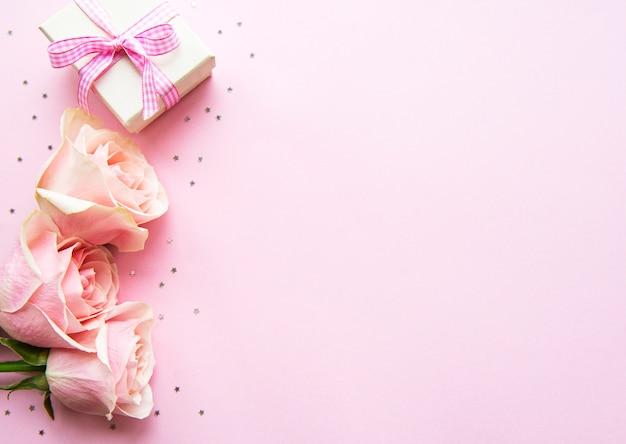 Caixa de presente e rosas rosa