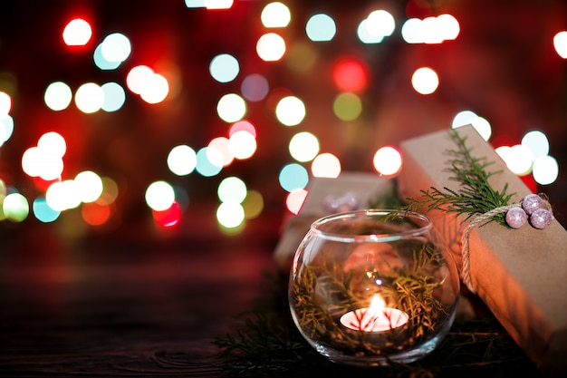 Caixa de presente e velas com decorações de natal