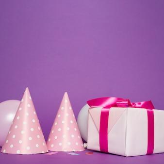 Caixa de presente e vista frontal de chapéus