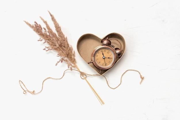 Caixa de presente em cartão com coração e relógio antigo