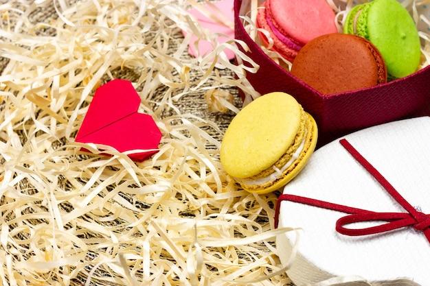 Caixa de presente em forma de coração, biscoitos de macaroon francês pequenos em uma caixa de presente um presente para sua pessoa amada