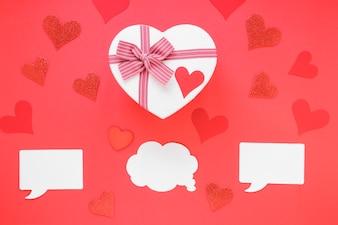 Caixa de presente em forma de coração com papéis