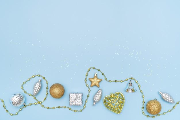Caixa de presente em fundo azul para aniversário, natal ou cerimônia de casamento