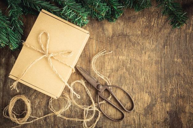 Caixa de presente em fundo de madeira velha, conceito de natal
