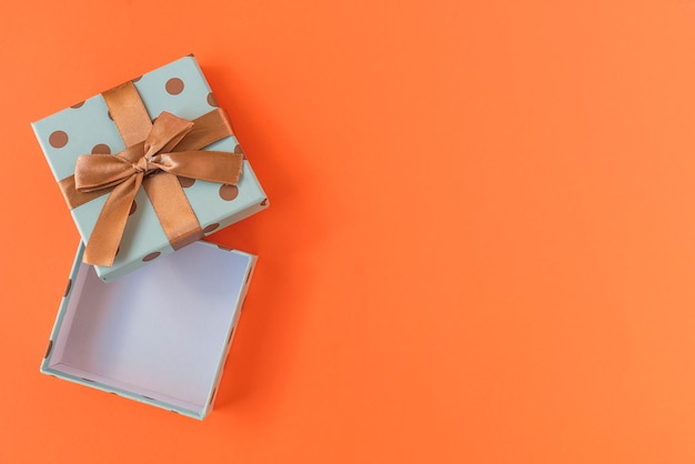 Caixa de presente em fundo laranja Foto Premium