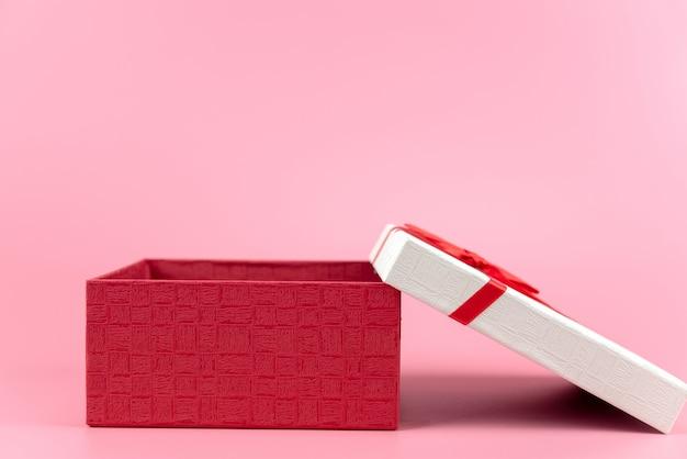 Caixa de presente em fundo rosa