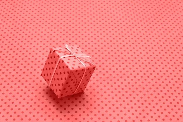 Caixa de presente em movimento sobre fundo vermelho de férias com espaço de cópia.