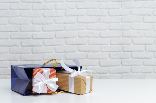 Caixa de presente em sacola de papel