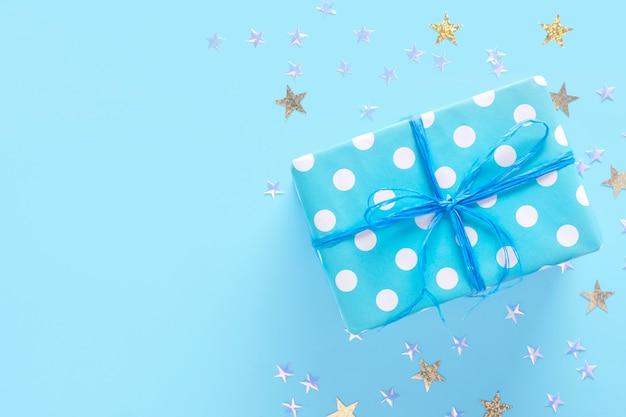 Caixa de presente em uma superfície azul com estrelas