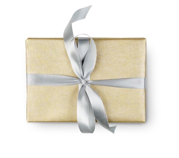 Caixa de presente embrulhada com papel dourado e fita de cetim prata, isolada no branco