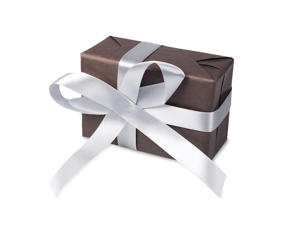 Caixa de presente embrulhada com papel escuro e fita de cetim prata, isolada no branco
