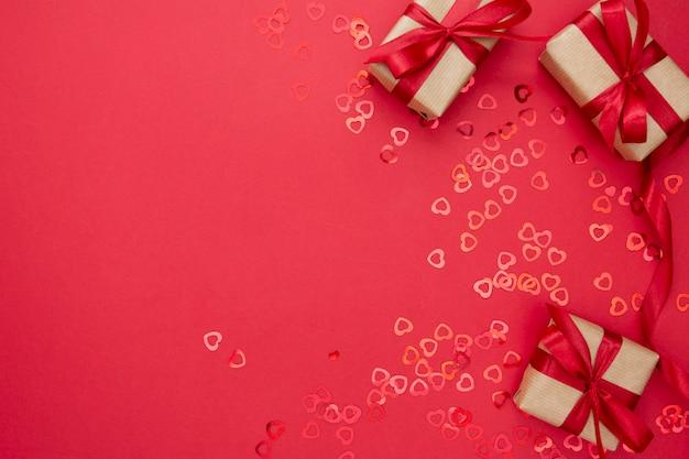 Caixa de presente embrulhada com papel kraft e laço vermelho, isolado no fundo vermelho. resumo plano leigos.