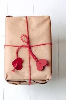Caixa de presente embrulhada em kraft amarrada com uma corda com corações ecofriendly biodegradável embalagem diy wrapp ...