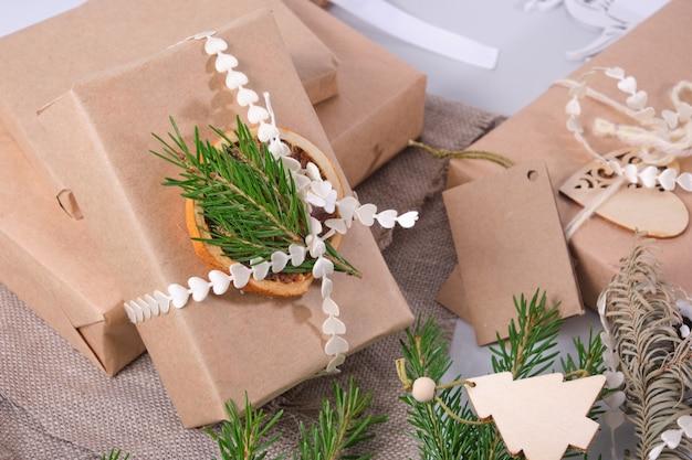 Caixa de presente embrulhada em papel ecológico, decorando presentes em estilo ecológico