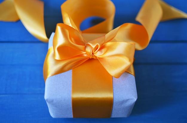 Caixa de presente embrulhado com papel ofício e arco com boke
