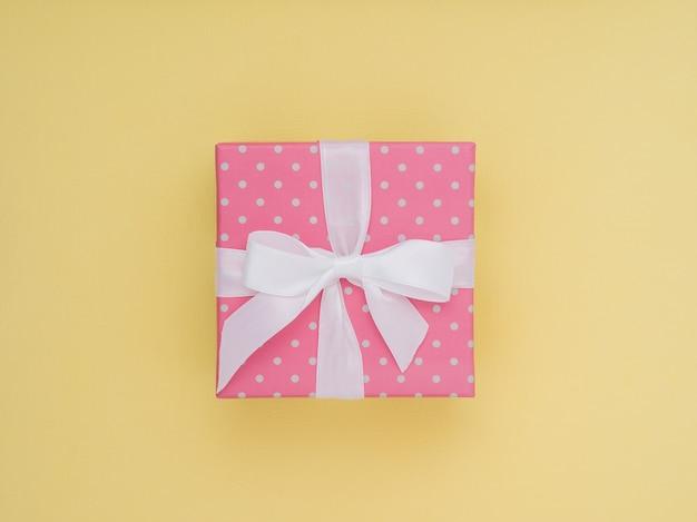 Caixa de presente embrulhado. o plano da cor pastel coloca o conceito mínimo.