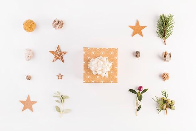 Caixa de presente entre conjunto de decorações