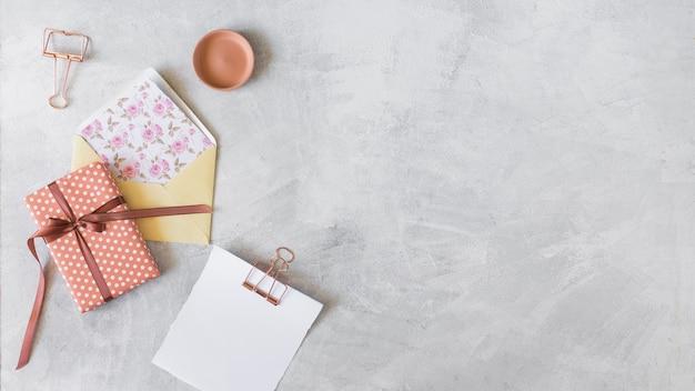 Caixa de presente, envelope e papel