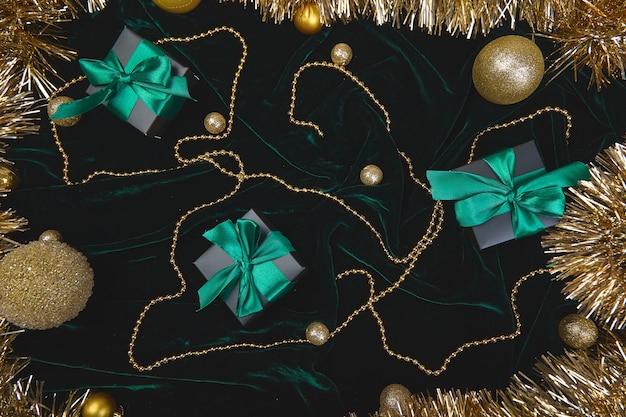 Caixa de presente festiva de natal preta com fita verde em veludo glitte