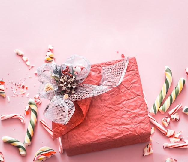 Caixa de presente festivo bonito com vários doces coloridos