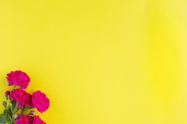 Caixa de presente kraft com fita vermelha bonita e rosa, conceito de namorados, aniversário, dia das mães e saudação de aniversário, copyspace, topview.