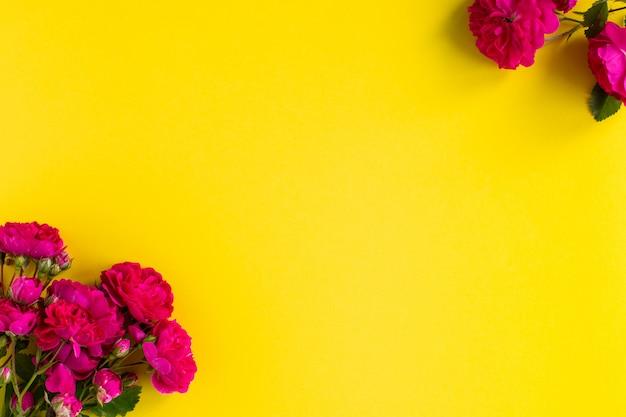 Caixa de presente kraft com linda fita vermelha e rosa, conceito de dia dos namorados, aniversário, dia das mães e saudação de aniversário, copyspace, topview.