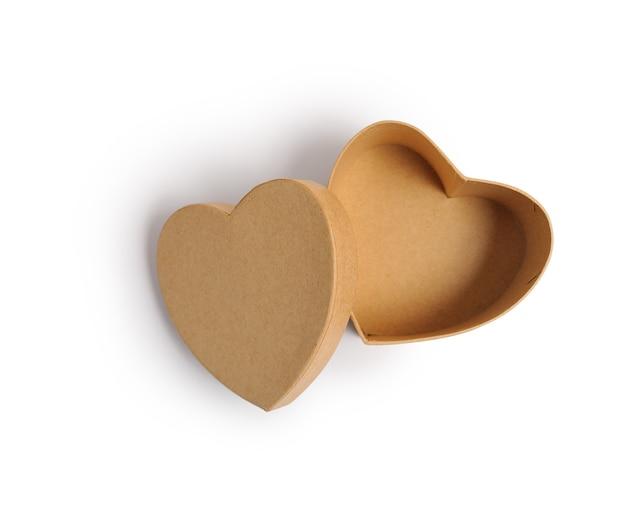 Caixa de presente kraft de coração aberto, máscara de corte isolada em fundo branco, vista superior, ilustração para o dia dos namorados