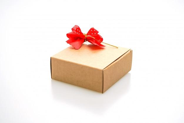 Caixa de presente marrom com fita isolada
