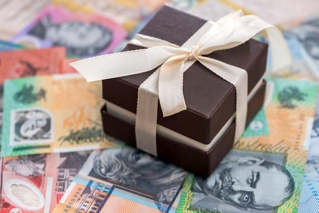 Caixa de presente marrom com fundo de dólar australiano