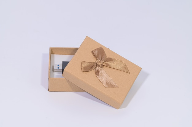 Caixa de presente marrom com pen drive