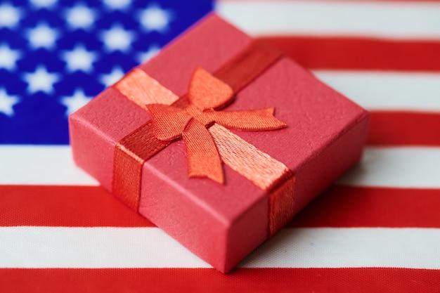 Caixa de presente na bandeira dos eua. presente americano para a nação. green card ou 4 de julho dia da independência estados unidos apresentam conceito.