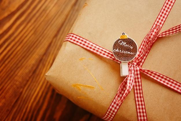 Caixa de presente na mesa de madeira