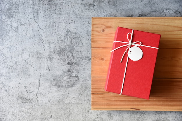 Caixa de presente na mesa dos namorados e aniversário