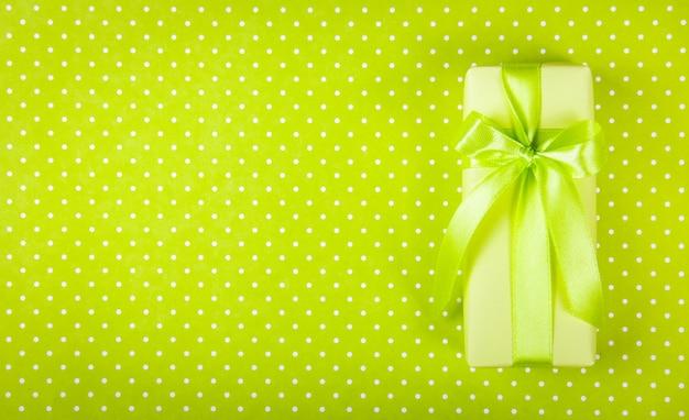 Caixa de presente na mesa verde clara.