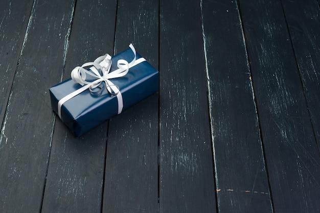 Caixa de presente na superfície de madeira