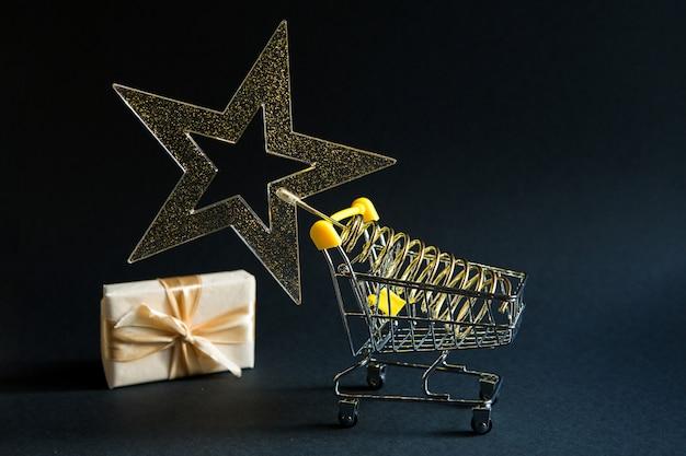 Caixa de presente no carrinho de compras para o natal