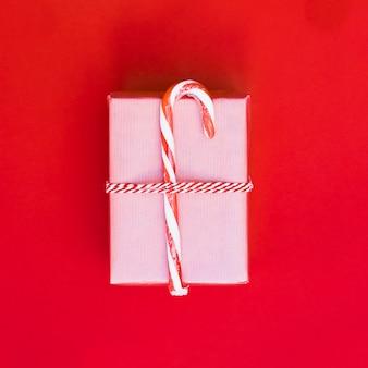 Caixa de presente no envoltório com bastão de doces