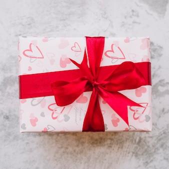 Caixa de presente no envoltório com fita vermelha