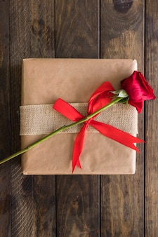 Caixa de presente no envoltório e flor fresca