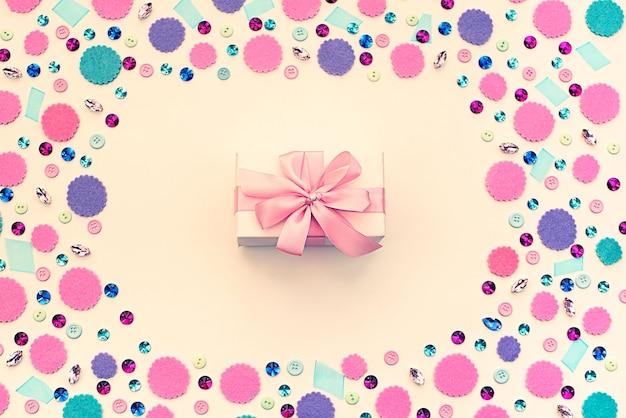 Caixa de presente no fundo pastel festivo.