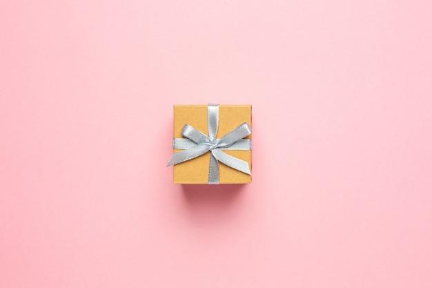 Caixa de presente ou presente na mesa-de-rosa com espaço para texto
