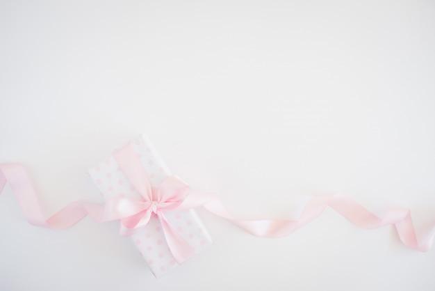 Caixa de presente para mulher - papel de bolinhas, laço rosa, pequenas flores
