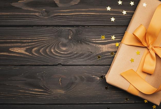 Caixa de presente para o natal com estrelas douradas