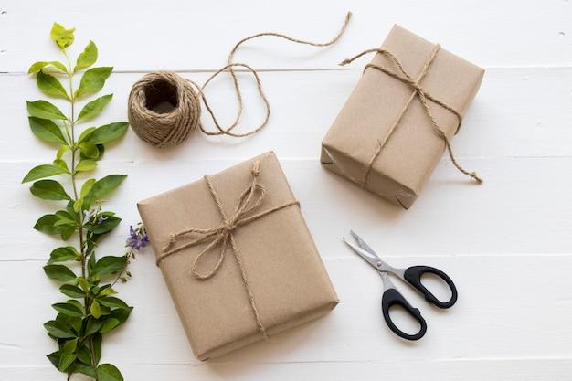Caixa de presente para um dia especial com corda, tesoura, flor