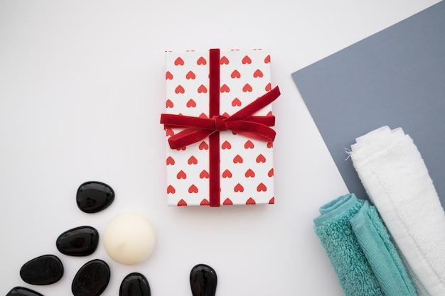 Caixa de presente, pedras e toalhas