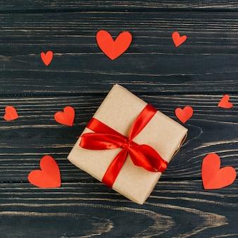 Caixa de presente pequena com corações de papel
