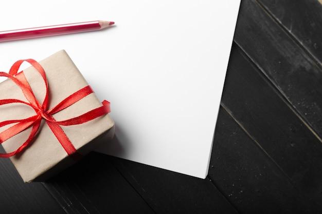 Caixa de presente pequena com fita vermelha close-up